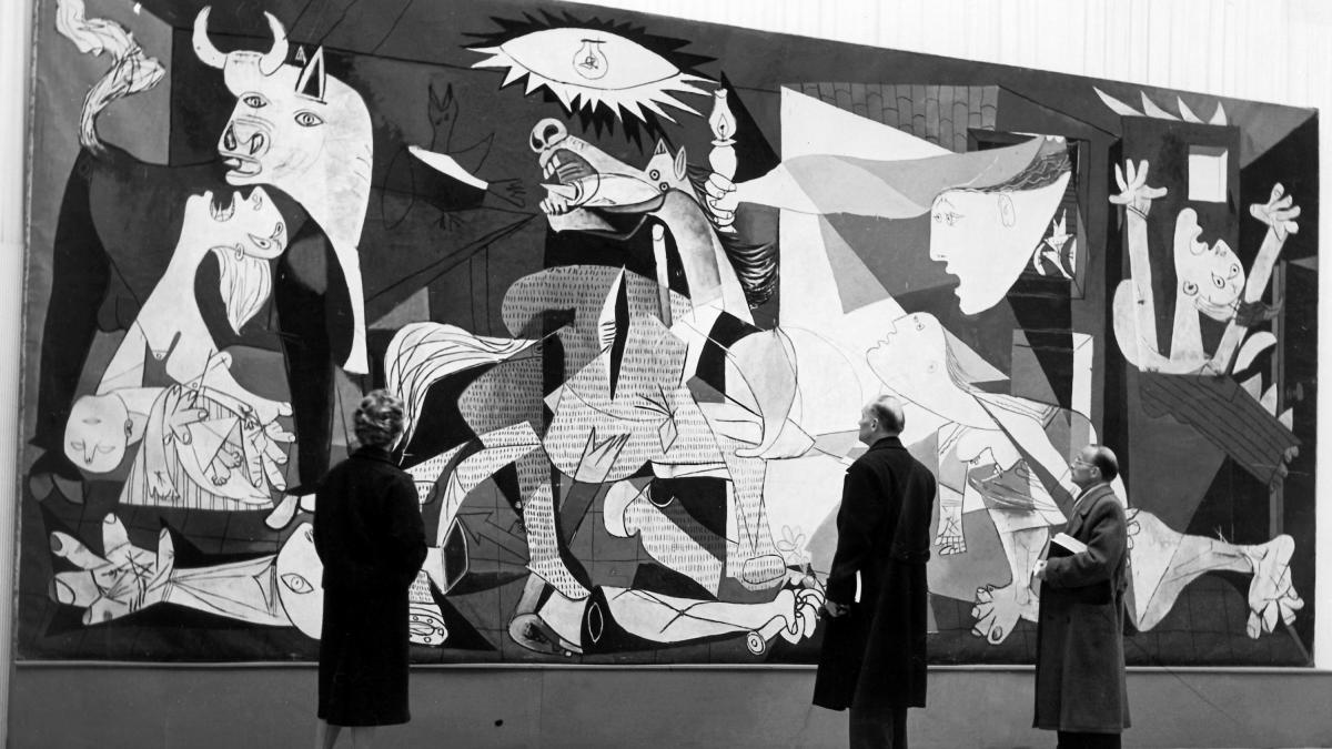 The installation of Guernica at the Haus der Kunst