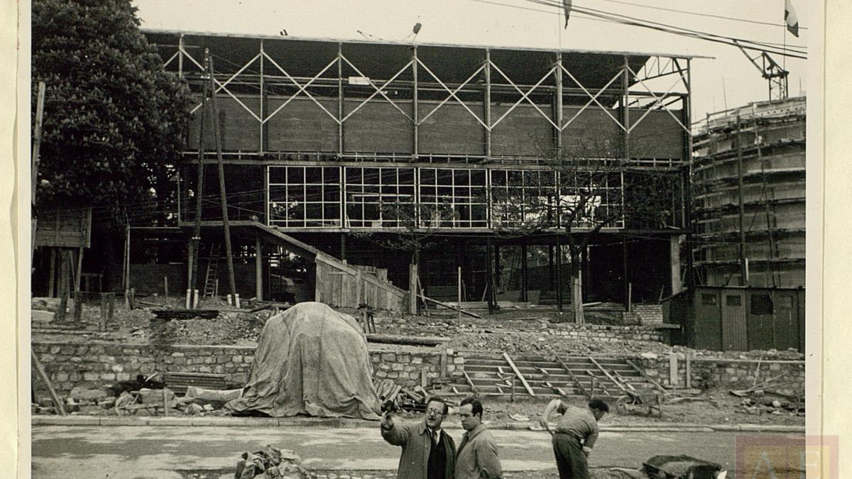 Josep Lluís Sert in front of the Spanish Pavilion under construction